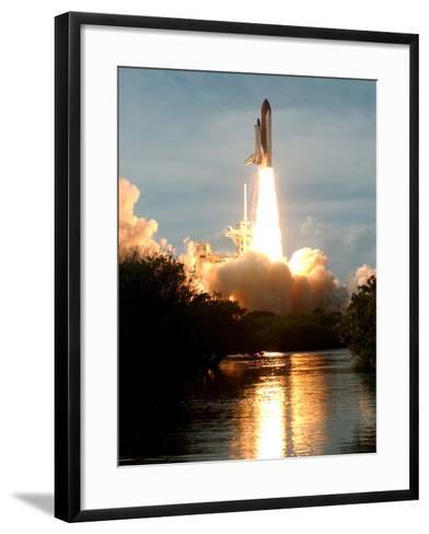 APTOPIX Space Shuttle-Paul Kizzle-Framed Art Print