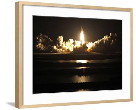 APTOPIX Space Shuttle-John Raoux-Framed Art Print