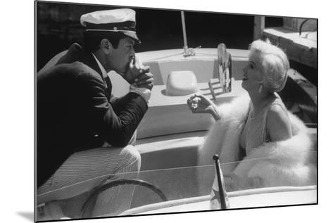 Tony Curtis and Marilyn Monroe in 'Some Like it Hot'--Mounted Photographic Print