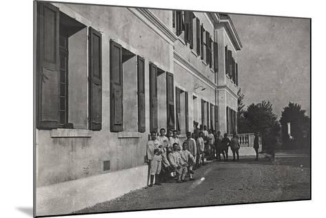 First World War: A Group of Wounded Soldiers at the Military Hospital in Front of Cervignano--Mounted Photographic Print