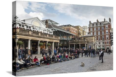 Juggler Performs to a Large Crowd, Piazza and Central Market, Covent Garden, London, England, U.K.-Eleanor Scriven-Stretched Canvas Print