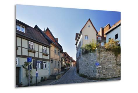 Germany, Saxony-Anhalt, Quedlinburg, Historical Old Town, Narrow Alley with Half-Timbered Houses-Andreas Vitting-Metal Print