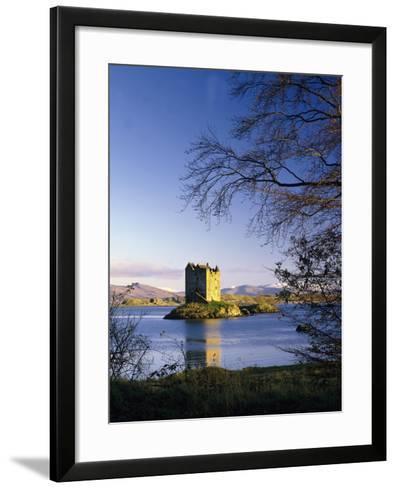 GrovŸbritannien, Schottland, Loch Linnhe, Stalcer Castle, Burgruine, Burg, Erbaut 14Jh-Thonig-Framed Art Print