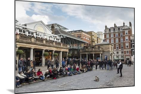 Juggler Performs to a Large Crowd, Piazza and Central Market, Covent Garden, London, England, U.K.-Eleanor Scriven-Mounted Photographic Print