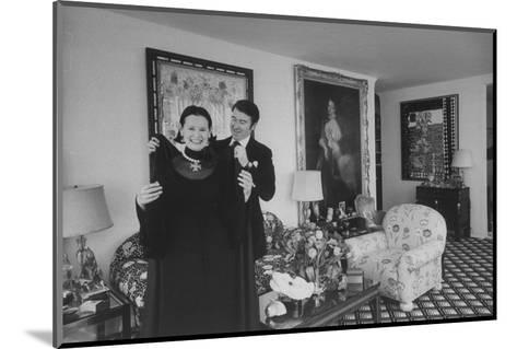 Heiress and Designer Gloria Vanderbilt at Home with Husband Wyatt Cooper, New York, 1974-Alfred Eisenstaedt-Mounted Photographic Print