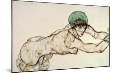 Reclining Female Nude with Green Cap, Leaning to the Right, 1914-Egon Schiele-Mounted Giclee Print