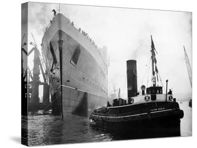 Queen Elizabeth Launch on River Clyde, 1938--Stretched Canvas Print