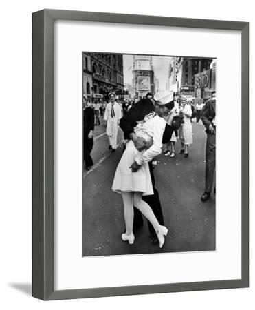 V-J Day in Times Square-Alfred Eisenstaedt-Framed Photographic Print
