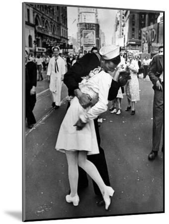 V-J Day in Times Square-Alfred Eisenstaedt-Mounted Photographic Print