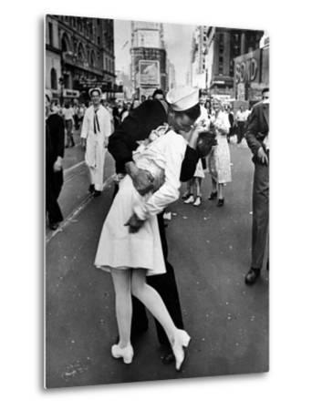V-J Day in Times Square-Alfred Eisenstaedt-Metal Print