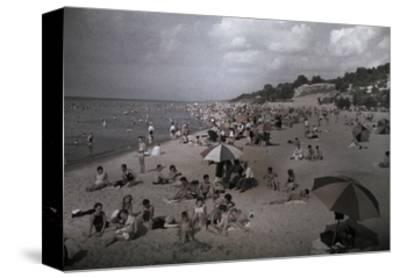 Hoards of Chicagoans Flee to Lake Michigan to Beat the City Heat-Willard Culver-Stretched Canvas Print
