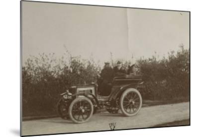 Album photographique : René de Knyff sur sa Panhard-et-Levassor en 1900--Mounted Giclee Print