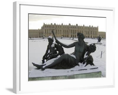 Vue du parc, parterre d'eau, bassin nord, margelle ouest : la Marne-Hongre Etienne Le-Framed Giclee Print