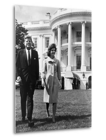 President and Mrs. John F. Kennedy Walking on the South Lawn of the White House on April 16, 1962--Metal Print