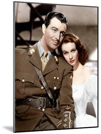 WATERLOO BRIDGE, from left: Robert Taylor, Vivien Leigh, 1940--Mounted Photo