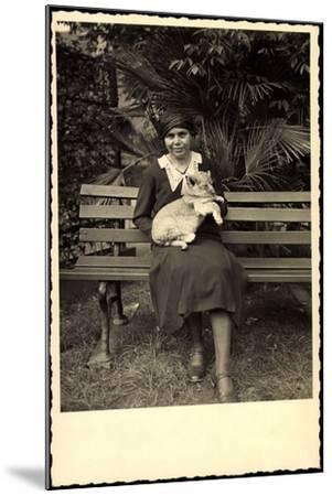 Foto Frau Hält Ein Löwenjunges in Händen, Zoo Leipzig--Mounted Giclee Print