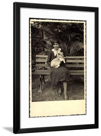 Foto Frau Hält Ein Löwenjunges in Händen, Zoo Leipzig--Framed Giclee Print