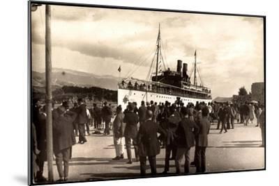 Dampfschiff Karacjorcje Im Hafen, Zuschauer--Mounted Giclee Print