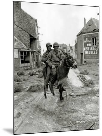 Two U.S. Soldiers, Pfc William Jackson and T4 Joseph King--Mounted Photographic Print