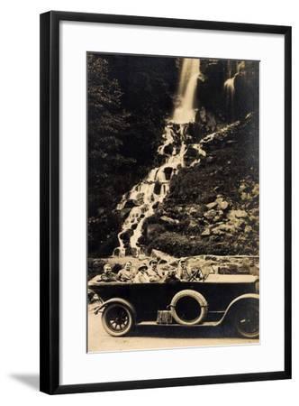 Foto Reisegesellschaft Im Auto an Einem Wasserfall--Framed Giclee Print