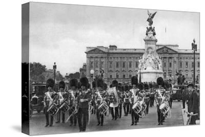 Guards in the Mall, London, Early 20th Century--Stretched Canvas Print