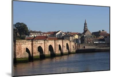 The Tweed River with Ponte Vecchio Arch Bridge with Five Arches (Built in 1610-34)--Mounted Photographic Print