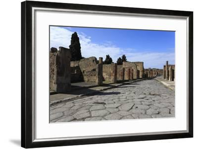 Long Cobbled Street, Roman Ruins of Pompeii, UNESCO World Heritage Site, Campania, Italy, Europe-Eleanor Scriven-Framed Photographic Print