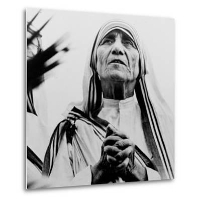 Mother Teresa of Calcutta Prays During a Religious Service--Metal Print