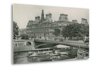 Le Pont D'Arcole Et L'Hotel De Ville, Arcole Bridge and Town-Hall--Metal Print
