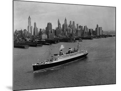 S.S. Washington on the Hudson River--Mounted Photographic Print