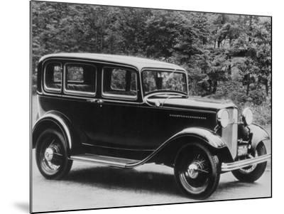 De Luxe Pordor Sedan--Mounted Photographic Print