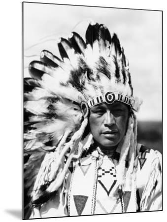Sioux Native American Man Wearing Large Headdress-H^ Armstrong Roberts-Mounted Photographic Print