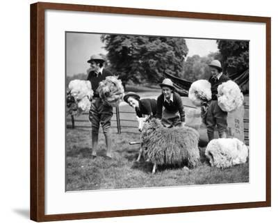 Women's Land Army--Framed Photographic Print