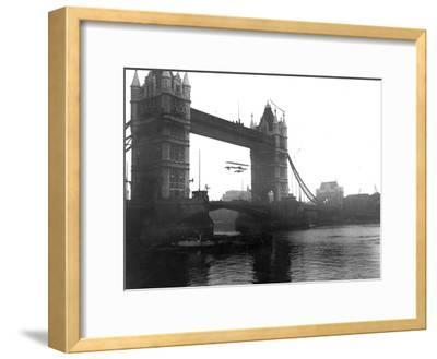 Stunt Flying-Topical Press Agency-Framed Photographic Print