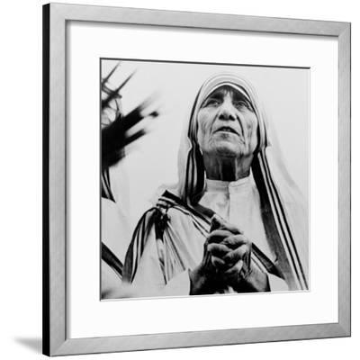Mother Teresa of Calcutta Prays During a Religious Service--Framed Photographic Print