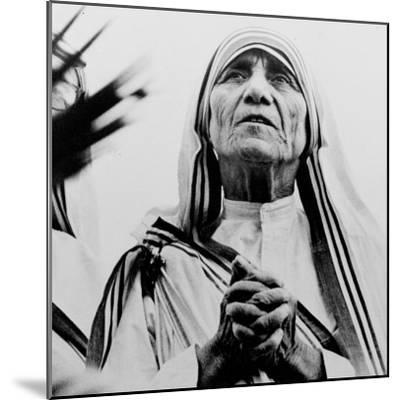 Mother Teresa of Calcutta Prays During a Religious Service--Mounted Photographic Print