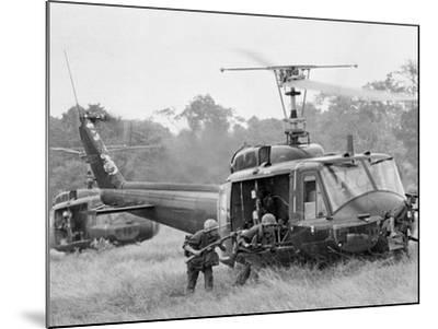 Vietnam War Helicopter Landing-Horst Faas-Mounted Photographic Print