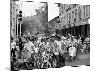 Saigon Curfew 1975-Nick Ut-Mounted Photographic Print