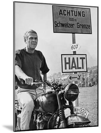Steve McQueen in a Scene from the Great Escape on Motorcycle-Movie Star News-Mounted Art Print