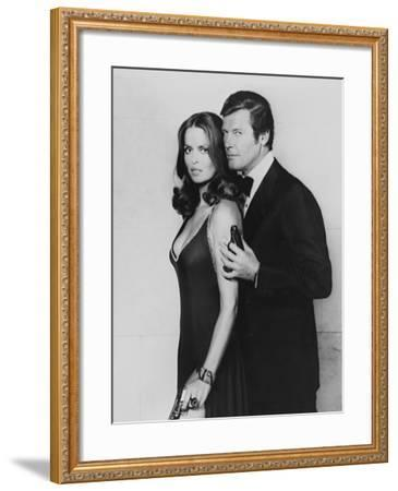 Roger Moore, Barbara Bach. the 007, James Bond: Spy Who Loved Me, 1977)--Framed Photographic Print