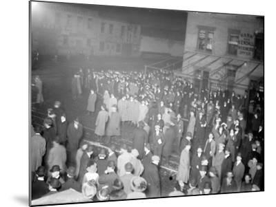 Crowd awaiting survivors from the Titanic, 1912--Mounted Photographic Print