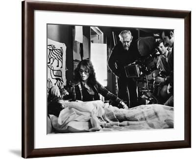LE LOCATAIRE, 1976 directed by ROMAN POLANSKI On the set, Roman Polanski directs Isabelle Adjani (p--Framed Photo