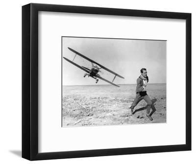 NORTH BY NORTHWEST, 1959 directed by ALFRED HITCHCOCK Cary Grant (b/w photo)--Framed Photo