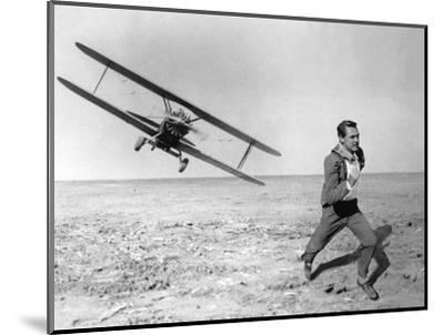 NORTH BY NORTHWEST, 1959 directed by ALFRED HITCHCOCK Cary Grant (b/w photo)--Mounted Photo