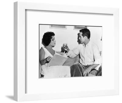CAT ON A HOT TIN ROOF, 1958 directed by RICHARD BROOKS On the set, Elizabeth Taylor and Paul Newman--Framed Photo