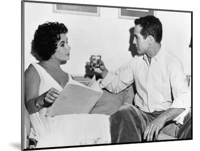 CAT ON A HOT TIN ROOF, 1958 directed by RICHARD BROOKS On the set, Elizabeth Taylor and Paul Newman--Mounted Photo