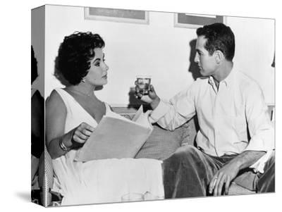 CAT ON A HOT TIN ROOF, 1958 directed by RICHARD BROOKS On the set, Elizabeth Taylor and Paul Newman--Stretched Canvas Print
