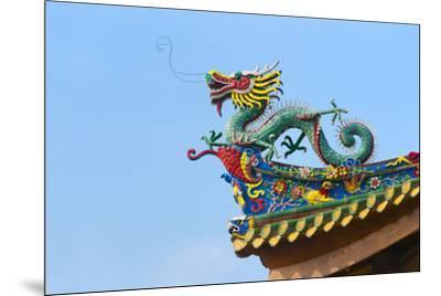 Dragon sculpture on the roof of South Putuo Temple, Xiamen, Fujian Province, China-Keren Su-Mounted Premium Photographic Print