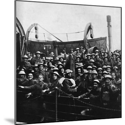 A boat of soldiers rescued from Dunkirk, 1940, (1945)-Unknown-Mounted Photographic Print
