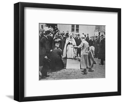'An unusual sight in Paris', 1914-Unknown-Framed Photographic Print